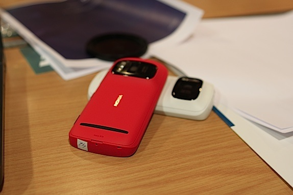 Nokia 808 Pureview red and white