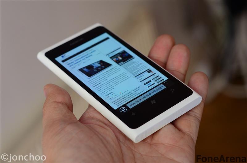 Nokia Lumia 800 White Magenta Cyan 04
