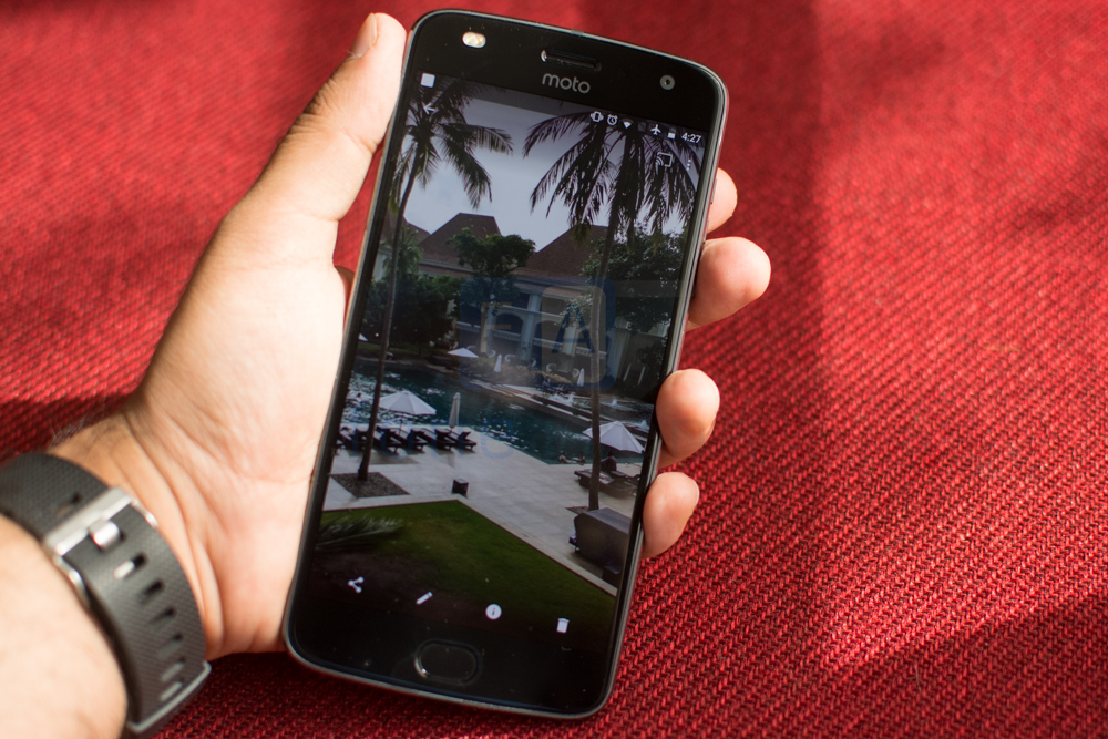 Moto Z2 Play Review -11