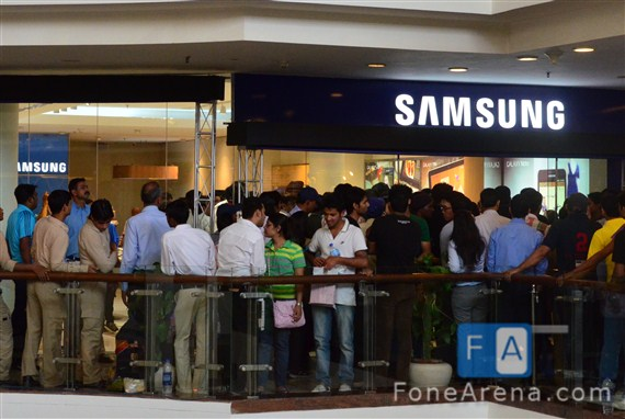 Quick Look at the Samsung Mobile Brand Store in New Delhi