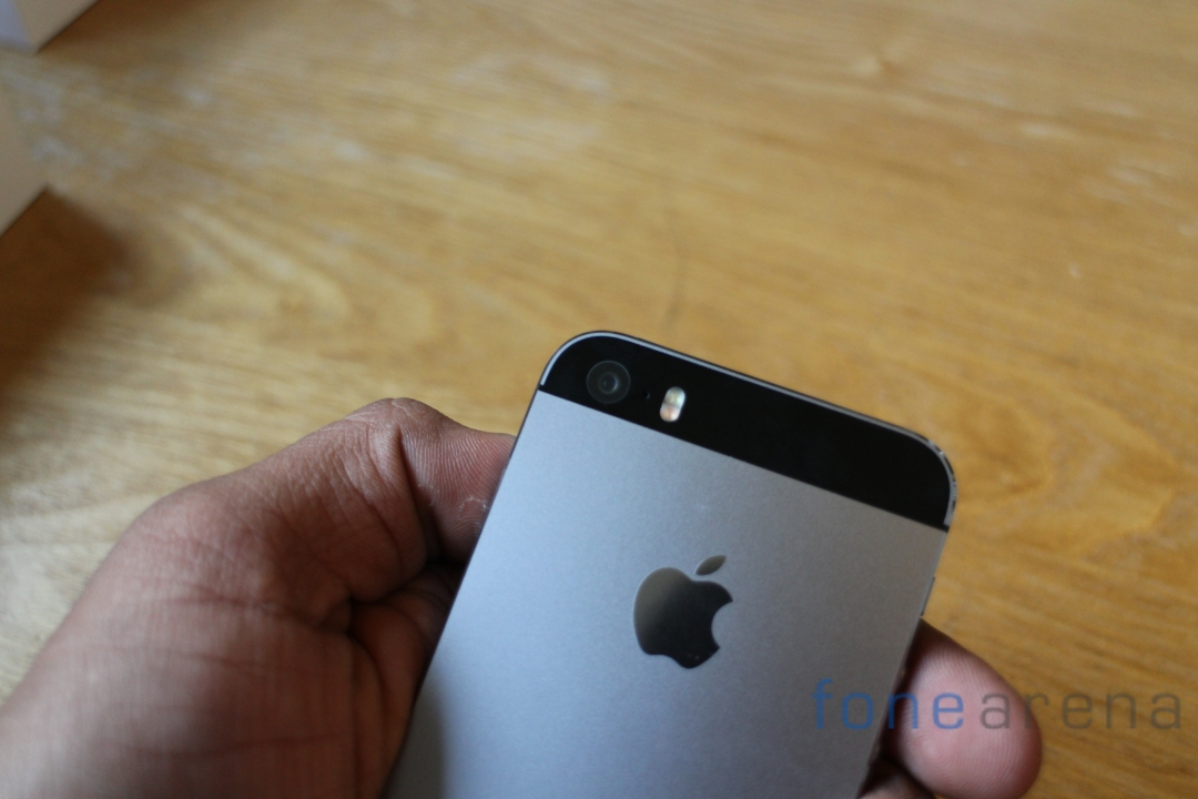 Apple-iPhone-5S-Space-Grey-Camera-Close-In-hands